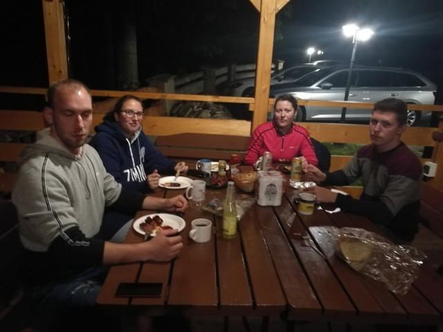 Zdjęcia: Babia Góra, Beskidy, Szymon, Maria, Marta i Marcin przy wieczornym grillu, POLSKA