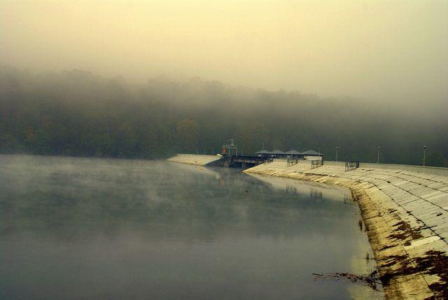 Zdjęcia: Myczkowce, Bieszczady, Zapora w Myczkowcach w jesiennej mgle, POLSKA