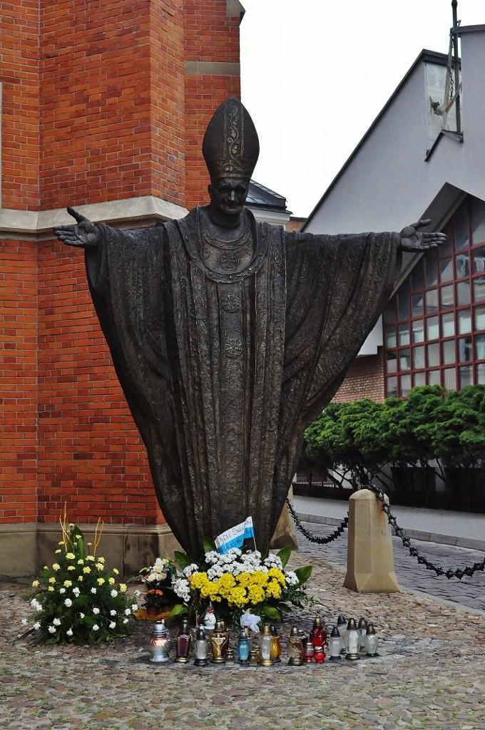 Zdjęcia: Tarnów, Małopolska, Tarnów, katedra, Pomnik św. Jana Pawła II, POLSKA