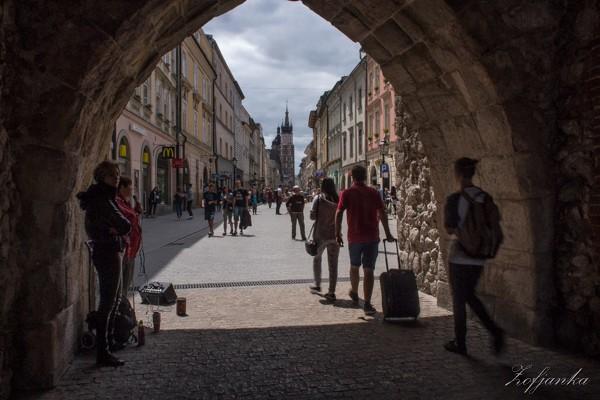 Zdjęcia:  Kraków, Stare Miasto,  , W bramie, POLSKA