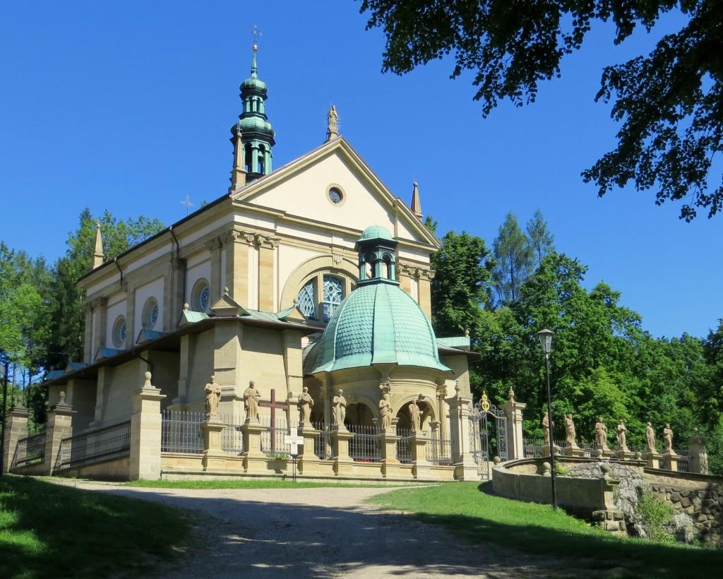 Zdjęcia: Brody, kościół Wniebowzięcia NMP , Małopolska, pośród zieleni..., POLSKA