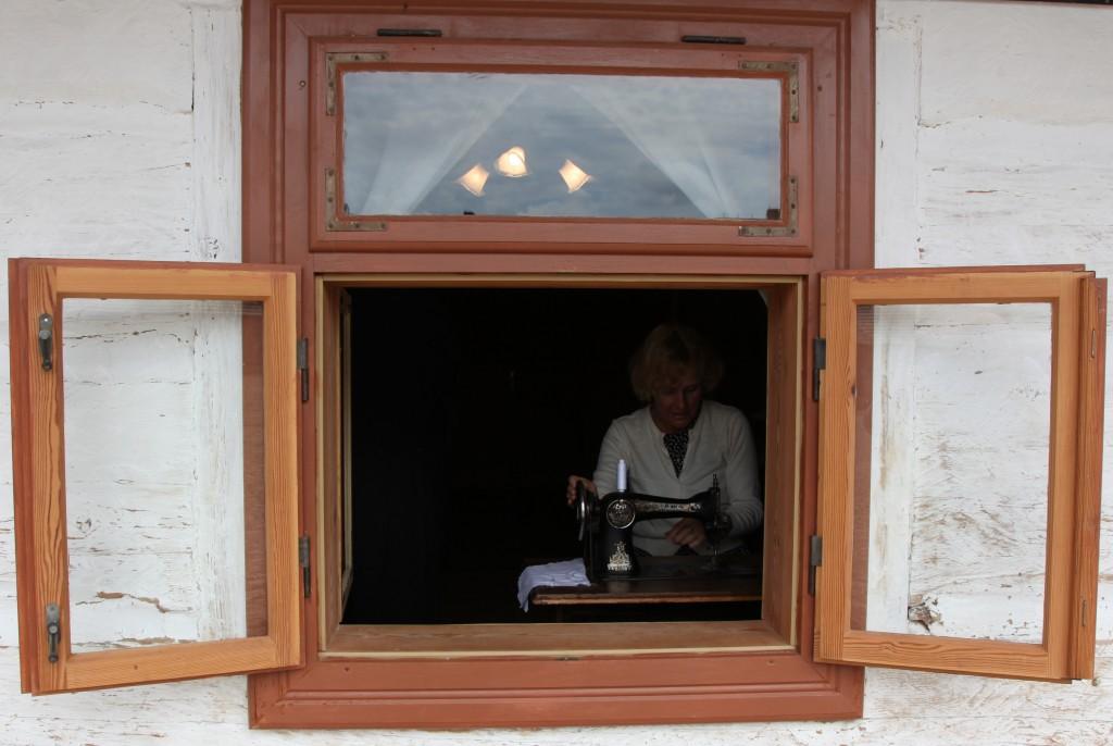 Zdjęcia: Muzeum Budownictwa Ludowego w Sanoku, Podkarpackie, Krawcowa z okienka, POLSKA