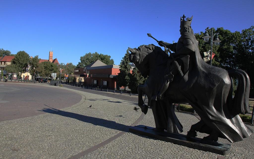 Zdjęcia: Deptak miejski, Malbork,  Pomnik króla Kazimierza Jagiellończyka, POLSKA