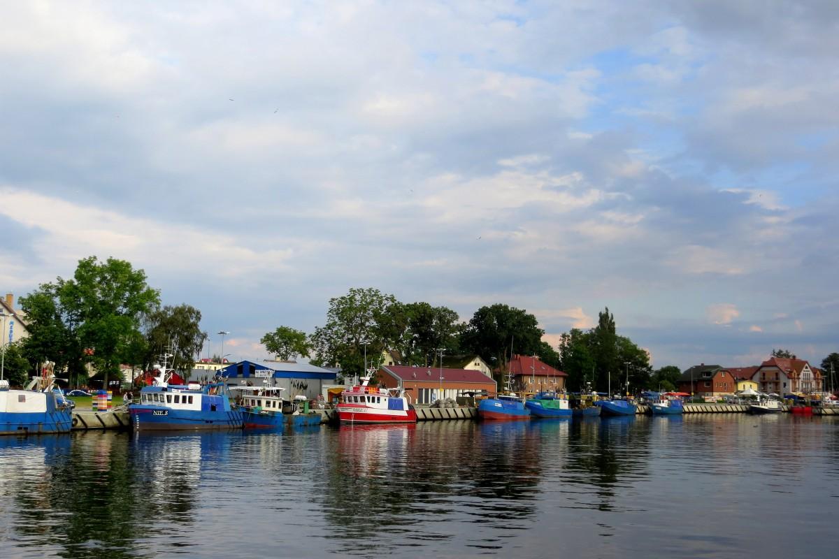 Zdjęcia: Mrzeżyno, Zachodniopomorskie, kolorowe kutry..., POLSKA