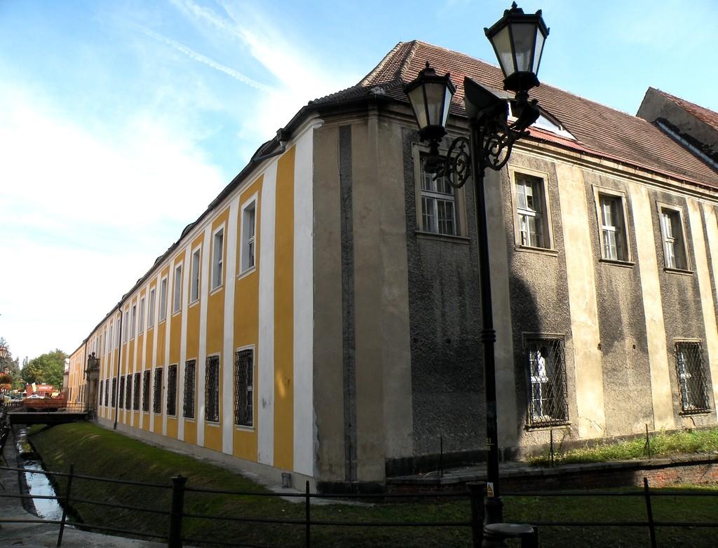 Zdjęcia: Nysa, opolskie, Dwór biskupi z fosą, POLSKA