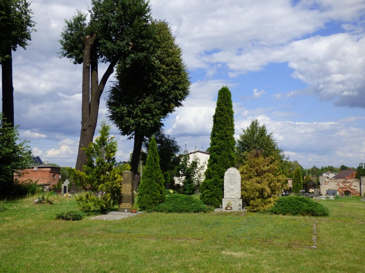 Zdjęcia: Gierałtowice, powiat gliwicki, województwo śląskie, Górny Śląsk, Fragment starego cmentarza, z zarysami fundamentów drewnianego koscioła, POLSKA