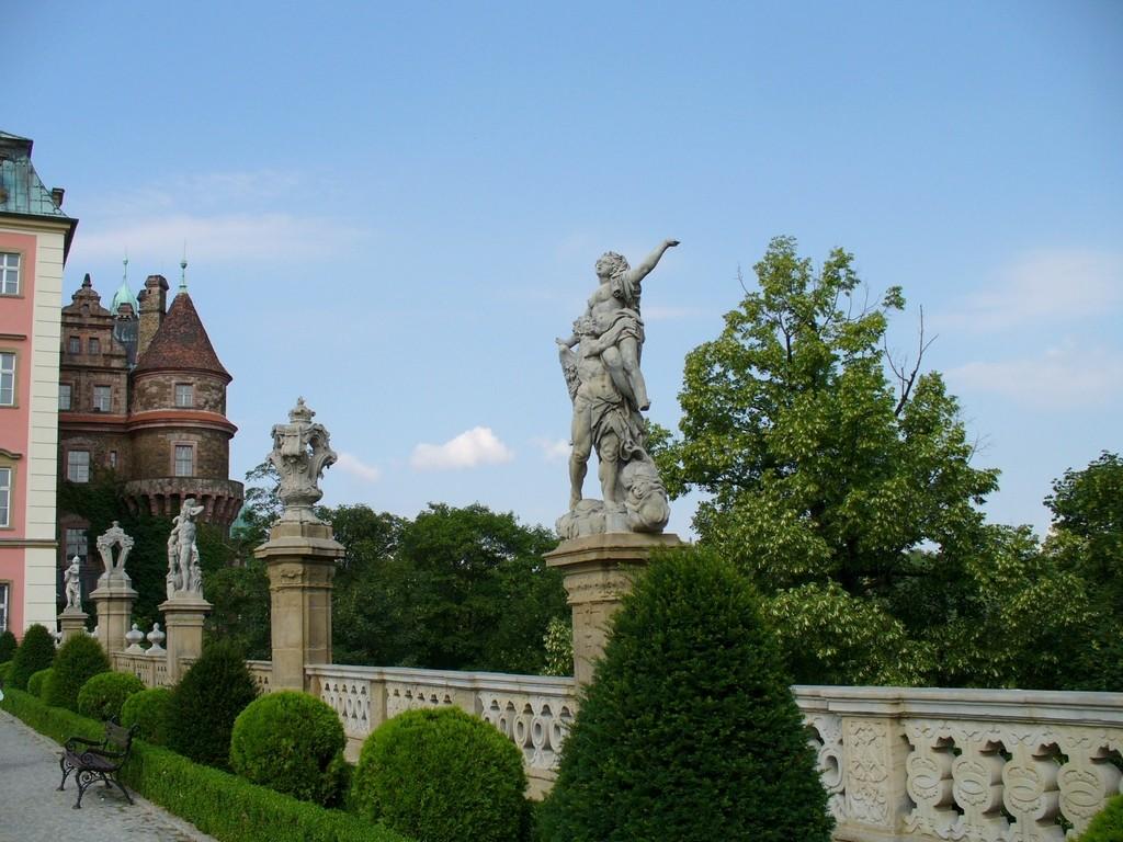 Zdjęcia: Książ, dolnoslaskie, Rzeźby na zamku Książ, POLSKA