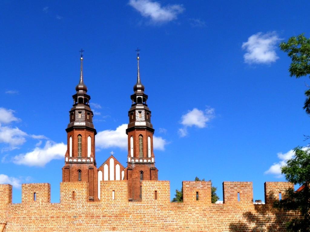 Zdjęcia: Opole, opolskie, Fragment murów i katedra, POLSKA