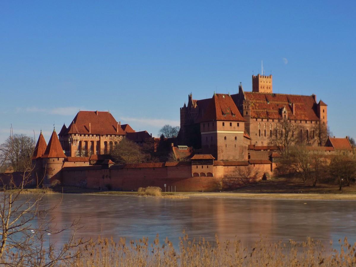 Zdjęcia: Malbork, Zamek w Malborku od strony zmrożonego Nogatu, POLSKA