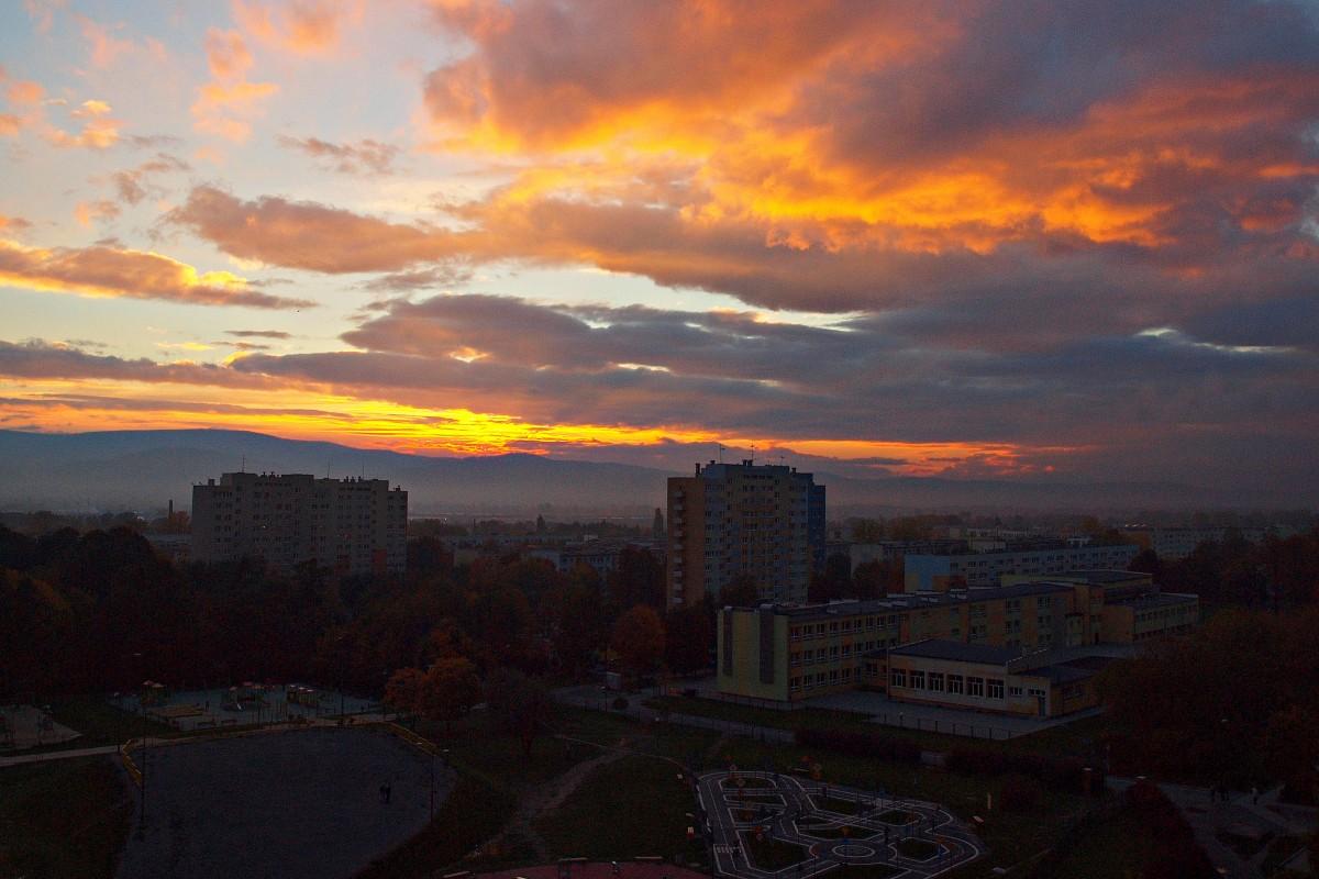 Zdjęcia: Dzierżoniów, dolnośląskie, Gorejące niebo nad miastem, POLSKA