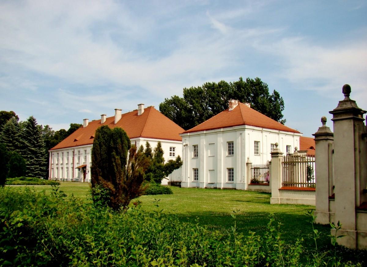 Zdjęcia: Wolbórz, województwo łódzkie, Pałac Biskupów Kujawskich z 1773 roku, POLSKA