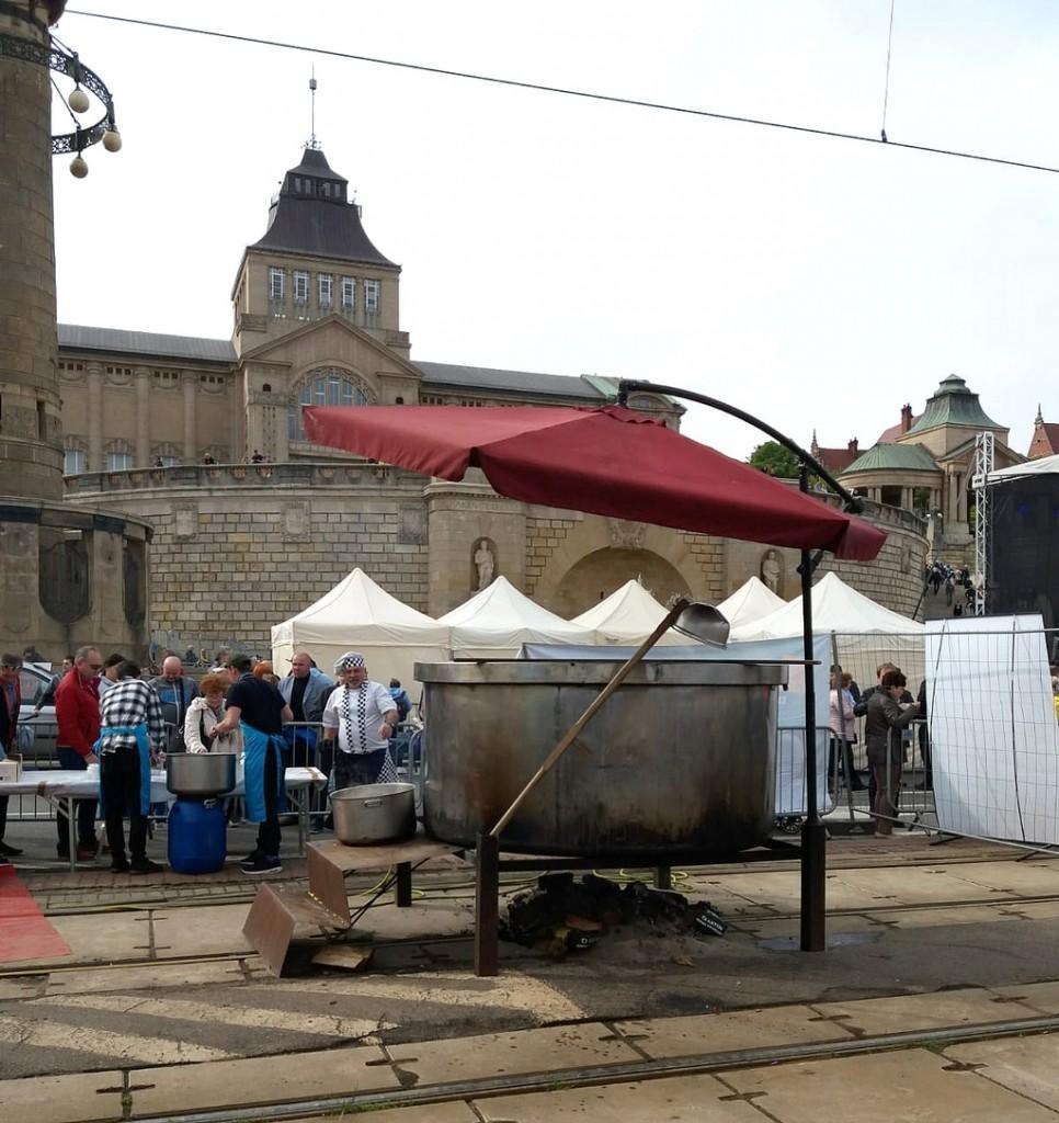 Zdjęcia: Szczecin , zachodnio-pomorskie, Wielki gar z zupą, dla gości Targów Turystyki, POLSKA