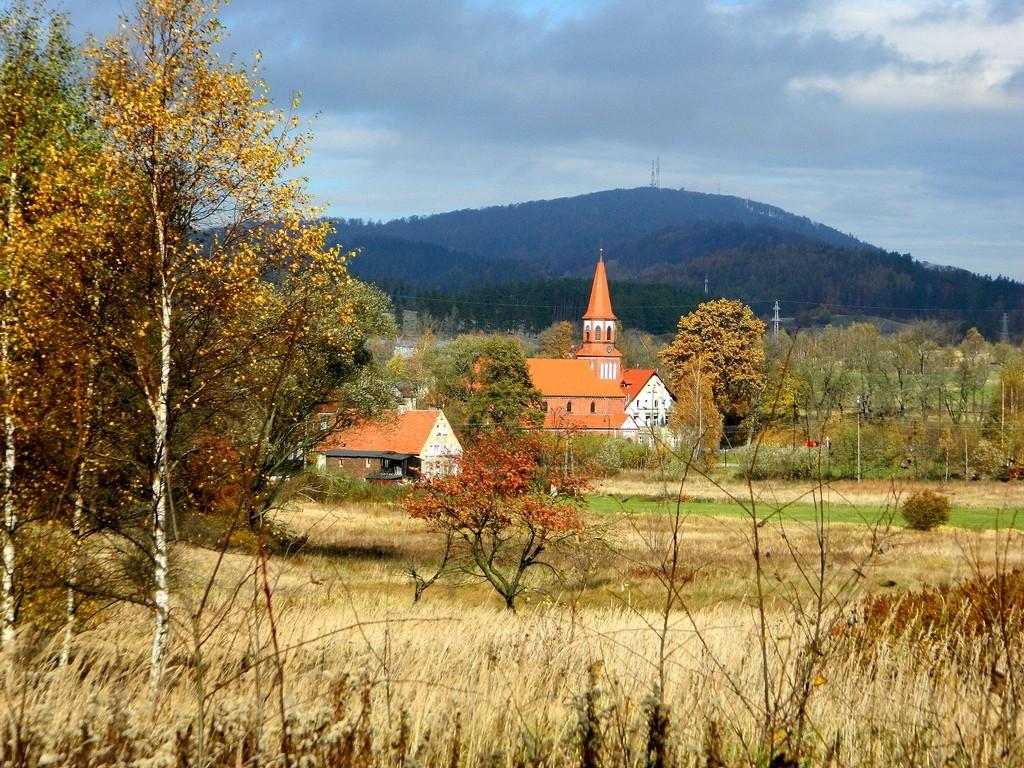 Zdjęcia: Boguszów-Gorce, dolnośląskie, Widok na miejscowość, w dali góra Chełmiec, POLSKA