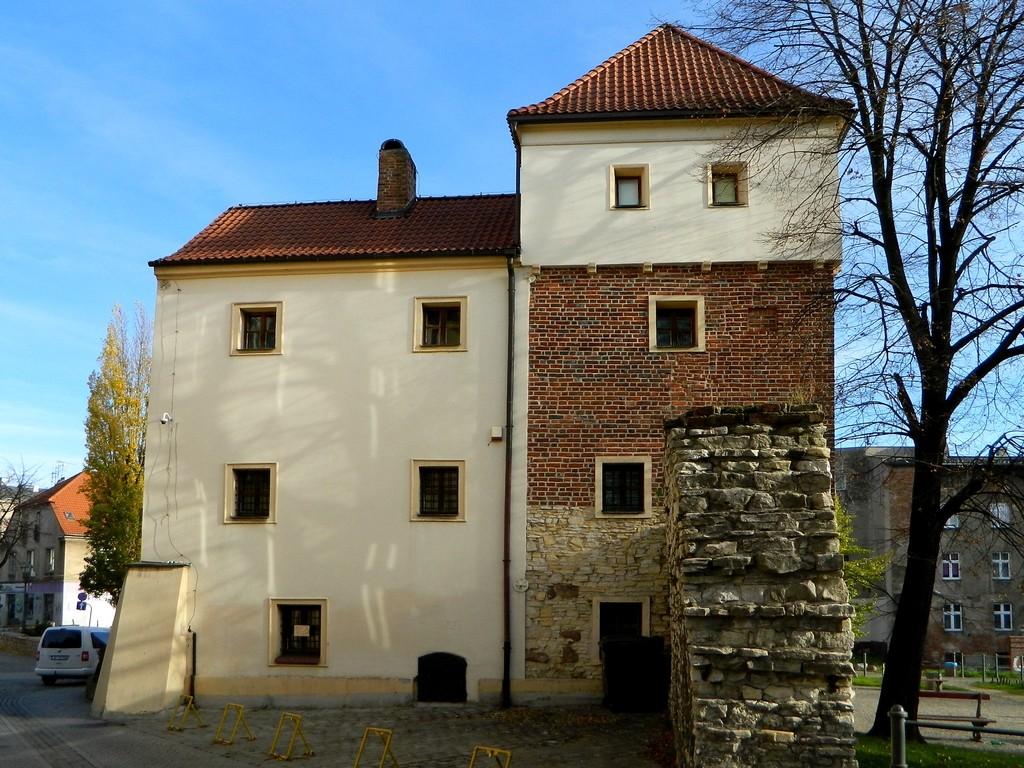 Zdjęcia: Gliwice, śląskie, Zamek Piastów, od strony fragmentu murów , POLSKA