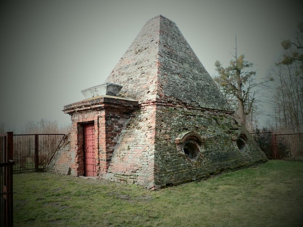 Zdjęcia: Rożnów, opolskie, Grobowiec  w kształcie piramidy, POLSKA