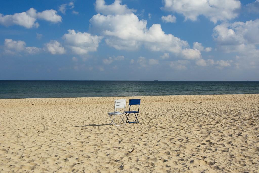 Zdjęcia: Sopot, woj. pomorskie, samotne krzesła, POLSKA