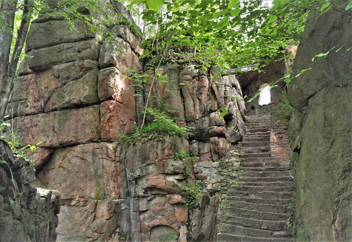 Zdjęcia: Janowice Wielkie, ruiny zamku Bolczów, Rudawy Janowickie, krzywymi schodkami w górę..., POLSKA