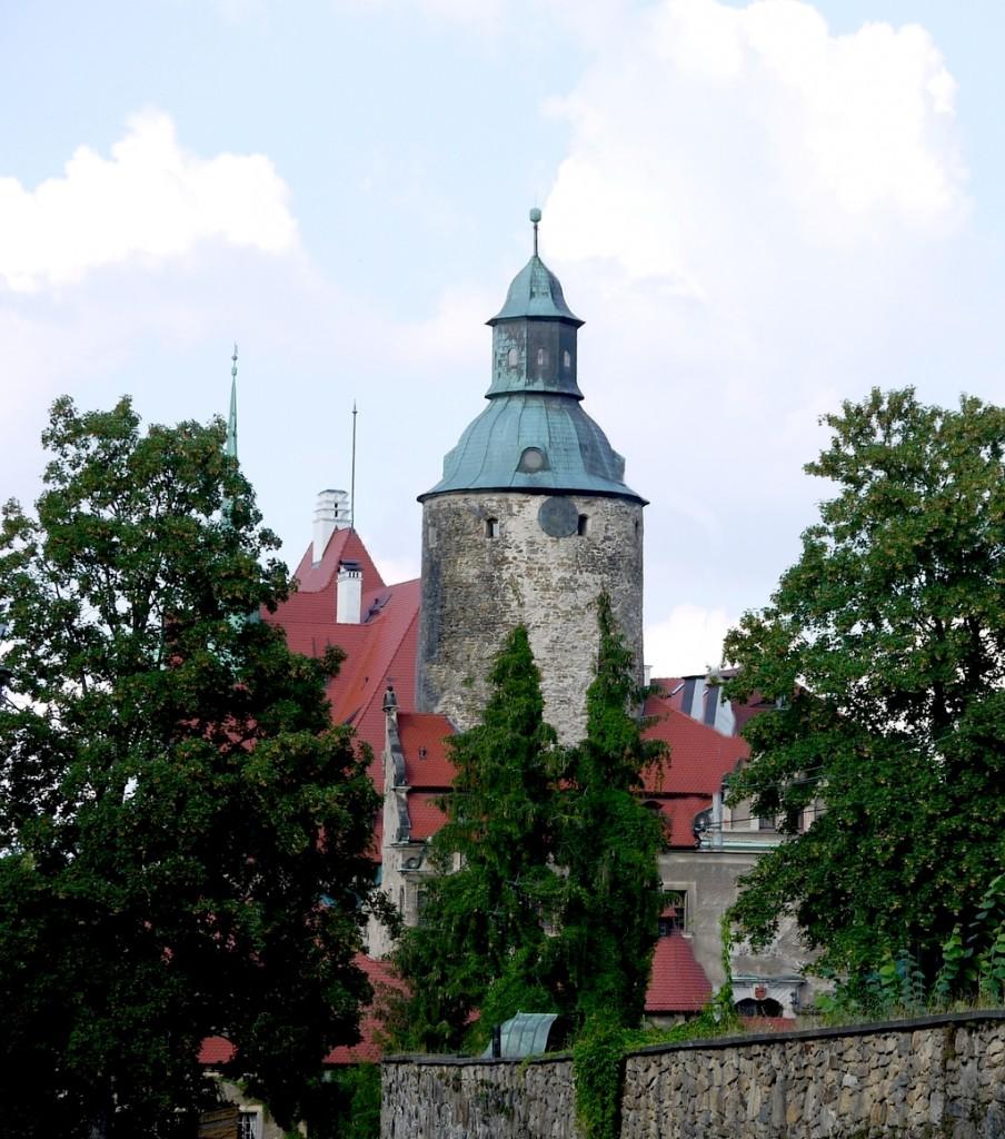 Zdjęcia: Czocha, dolnoślaskie, Widok na zamek, od strony głównej bramy, POLSKA