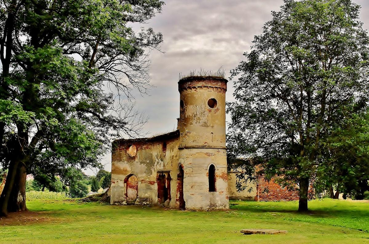 Zdjęcia: Dołhobyczów, województwo lubelskie, Pałac Rastawieckiego z XIX wieku -pozostałości po stajni z wozownią, POLSKA