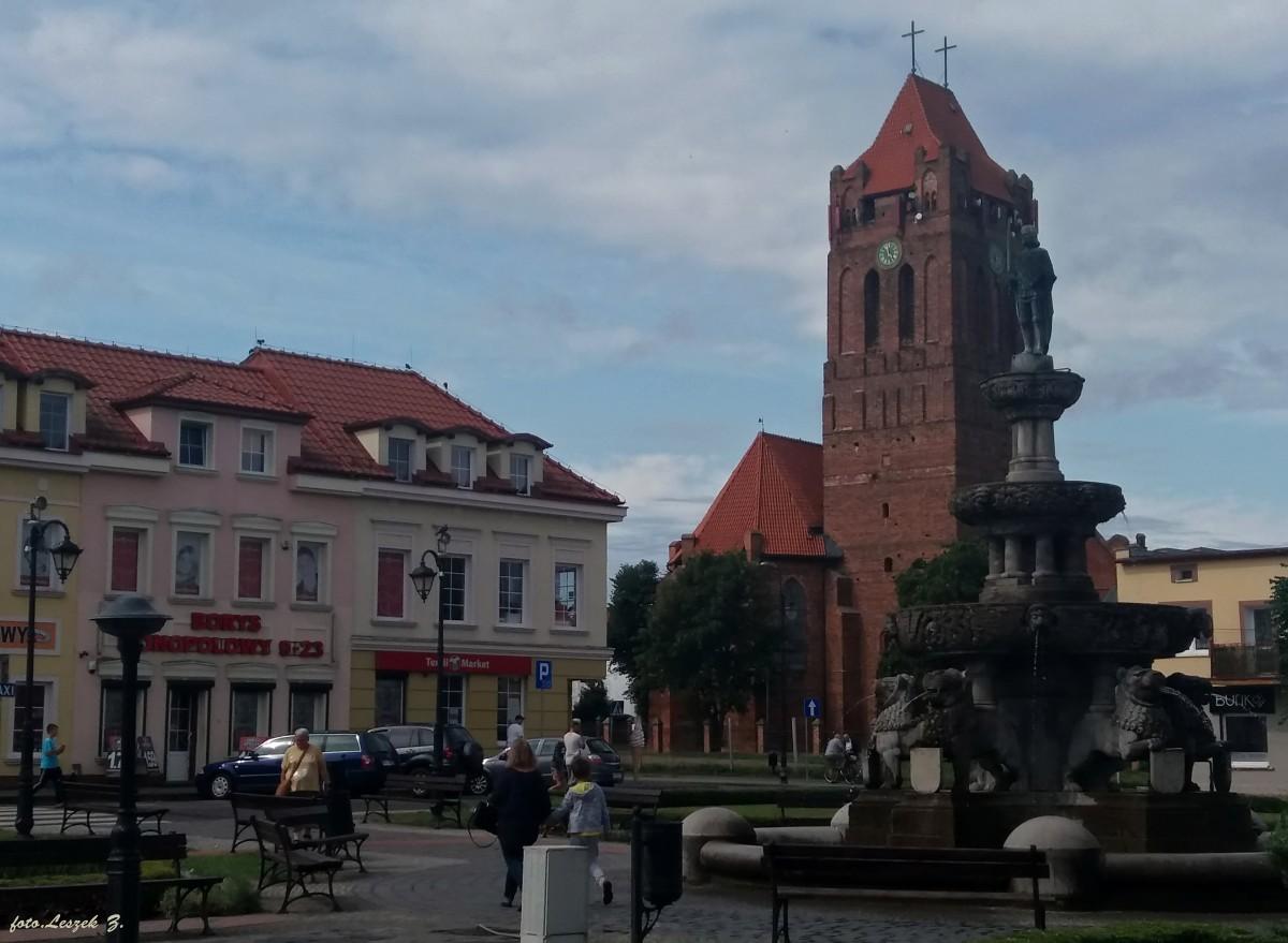 Zdjęcia: pow.kwidzyński., woj.pomorskie., Prabuty - Fontanna Rolanda i konkatedra św. Wojciecha na rynku., POLSKA