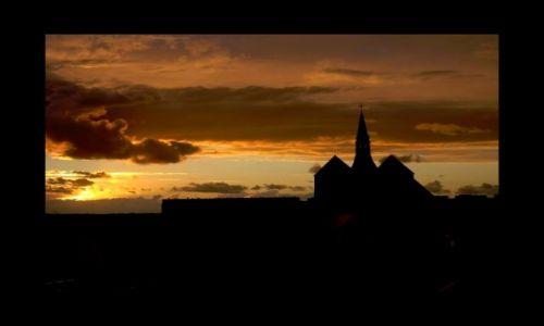 Zdjecie POLSKA / - / Kołobrzeg- Katedra / Niebo tysiąc ma odcieni...dosłownie i w przenośni