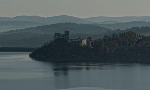 Zdjecie POLSKA / małopolskie / niedzica / Niedzica zamek. Widok z Czorsztyna.