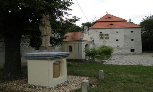 POLSKA / opolskie / Trzebina / Budynek bramny,kaplica i figura J.Nepomucena