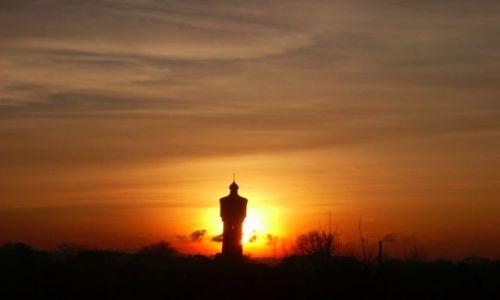 Zdjęcie POLSKA / Wielkopolska / Września / Wieża ciśnień na tle zachodu słońca