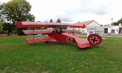 Zdjęcie POLSKA / Dolny Slask / Przy zamku w Jedlince / Niemiecki samolot