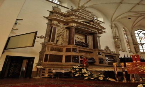 Zdjęcie POLSKA / Małopolska / Tarnów / Tarnów - katedra, prezbiterium, nagrobki