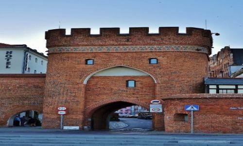 POLSKA / Kujawsko-Pomorskie / Toruń / Toruń o zmroku, brama mostowa