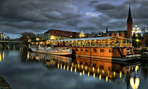 Zdjęcie POLSKA / kujawsko-pomorski / Bydgoszcz / Nocą po mieście wzdłuż Bulwaru nad Brdą
