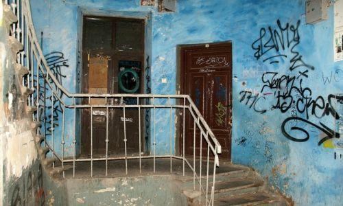 Zdjęcie POLSKA / Mazowsze / Warszawa / klatka w opuszczonej kamienicy