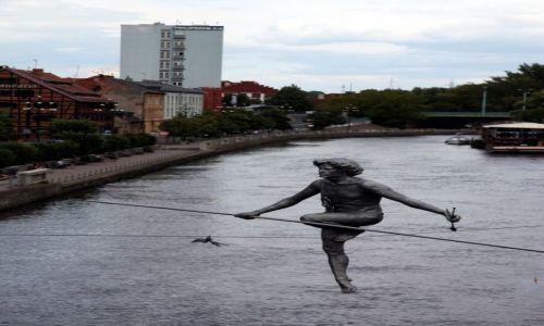 Zdjecie POLSKA / Bydgoszcz / Most nad Brdą / Przechodzący przez rzekę, rzeźba