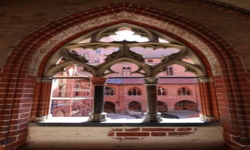 Zdjecie POLSKA / Malbork / Gotycki zamek krzyżacki / Okno na dziedziniec Zamku Wysokiego