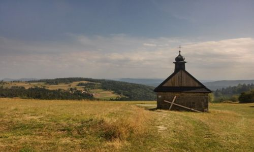 Zdjęcie POLSKA / beskid makowski / okolice góry koskowej / Kaplica z krzyżem