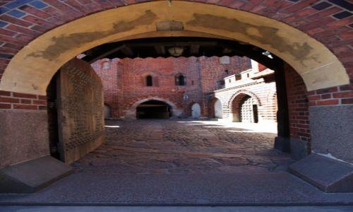 Zdjęcie POLSKA / Malbork / Gotycki zamek krzyżacki / Brama