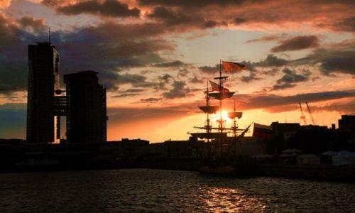 Zdjęcie POLSKA / Zatoka Gdańska  / Parada podczas Operacji Żagle Gdyni 2014 / Port Gdynia o zachodzie słońca