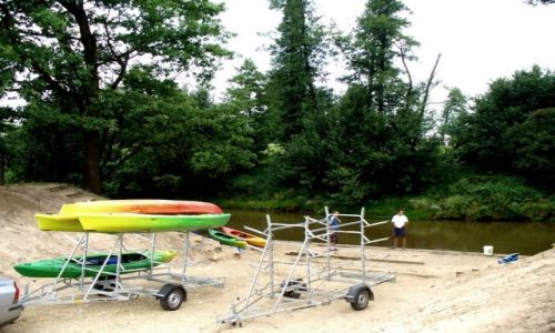 Zdjęcie POLSKA / Opolski / Staniszcze wielkie / Przygotowanie kajaków do wodowania
