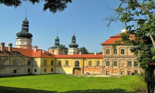 Zdjęcie POLSKA / opolskie / Żyrowa / Zamek Żyrowa, od strony dziedzińca