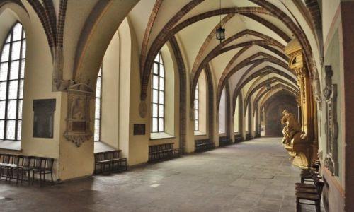 Zdjęcie POLSKA / Małopolska / Kraków / Kraków, krużganki klasztoru franciszkańskiego