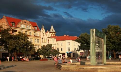 Zdjecie POLSKA / Kujawsko-Pomorskie / Chełmno / Kamieniczki i fontanna w rynku