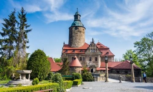 Zdjecie POLSKA / Dolnośląskie / Zamek Czocha / Droga przez most obok małego parku