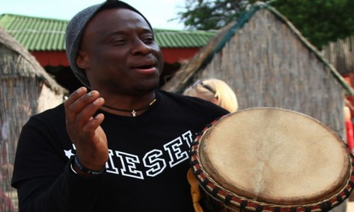 Zdjecie POLSKA / Płońsk / Sobanice, Centrum Afrykańskie / Ricki Lion, mistrz gry na djembe