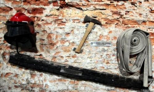 Zdjęcie POLSKA / Gdańsk / Kościół św. Katarzyny / Wota strażaków gaszących pożar kościoła 22.05.2006 roku