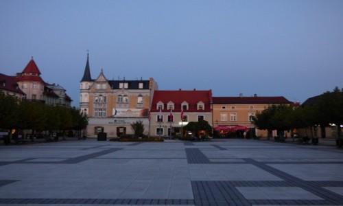 POLSKA / G�rny �l�sk / Pszczyna, powiat pszczy�ski, wojew�dztwo �l�skie / Fragment jednej z pierzei kamienic, przy Rynku w Pszczynie