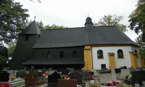 POLSKA / G�rny �l�sk / Rachowice, powiat gliwicki, wojew�dztwo sl�skie / Kosci� drewniany, pw. Tr�jcy �wi�tej, z prezbiterium  z prze�omu XV i XVI wieku