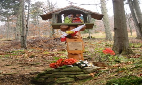 Zdjęcie POLSKA / Beskid Śląski / Szlak Różańcowy z Mesznej do Szczyrku / Jesienny spacer - kapliczka na Szlaku Różańcowym