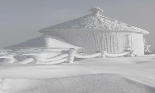 Zdjęcie POLSKA / Karkonosze / Śnieżka / Przed kaplicą św. Wawrzyńca