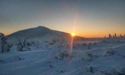 POLSKA / karkonosze / śnieżka / dzień budzi